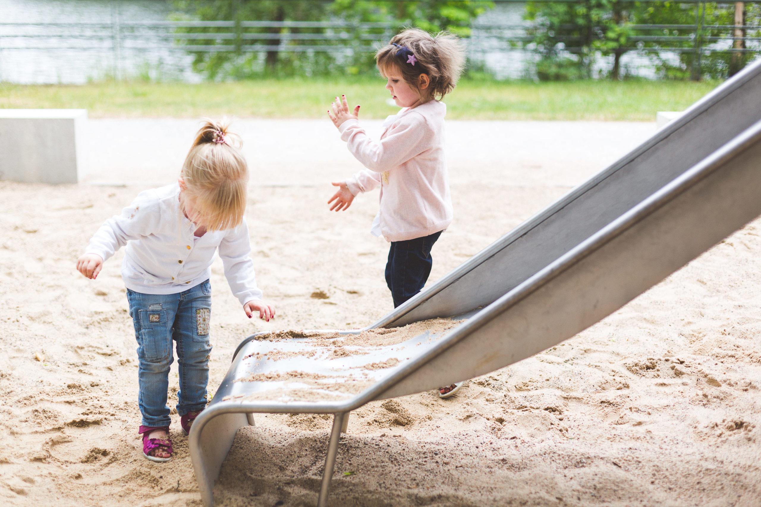 Zwei Schwestern auf Spielplatz in Aalen